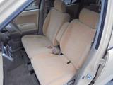 フロントシートは、ベンチタイプ!左右の行き来も、簡単に行えます!センターアームレストも付いてますよ!!
