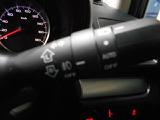 ヘッドライトのスイッチをAUTOにしておくと、クルマが明るさを認識し自動で点灯!トンネルなどでも一々スイッチ操作が不要になります。さらには、エンジンOFFでライトも消灯しますので、消し忘れの心配なし!