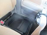 助手席の下には靴など収納できるスペースがございます!