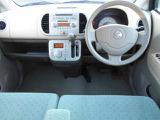 運転席 助手席:広々とした室内は運転しやすさと質感と機能を高めています。 モコ E