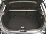 ラゲッジスペースは大型スーツケースが積み込める容量350L(DIN方式)を確保しています。開口部と荷室のフロア面との段差小さく設定。最小限の動きで積み下ろしが可能で優れた使い勝手を実現しています。
