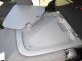 助手席背面には折りたたみ式のトレー付なのでノートパソコンを置くのにぴったりですよ!