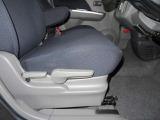 運転席シ-ト座面は上下アジャスタ-付です。お好みの位置に調整可能です。