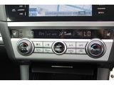 左右の吹き出し口から、それぞれ設定した温度の風が出る「デュアルオートエアコン」で、ドライバーも同乗者も快適なドライブを!