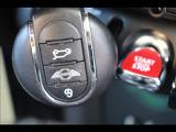 キーが車内にあればボタンでエンジン始動可能なキーレス&プッシュスタートを装備。また低燃費運転をお楽しみいただけるアイドリングストップを装備。