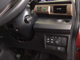 便利なパワースライドドアや、燃費を抑えるECON、横滑りを防ぐVSA等のスイッチ類は、運転席右側、手の届きやすい位置にあります。