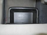 助手席にシートアンダートレイ付き。