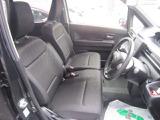 フロントベンチシート[センターアームレスト付]にインパネシフトを採用!運転席・助手席間の移動がスムーズです!