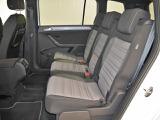 独特な独立シート、全席式3点シートベルトで同乗者の安全性を向上しています。