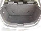 必要なスペースを確保し、シートバックの厚みを奢ることでコンパクトカーながら上質な座り心地を実現したリアシート(^^♪