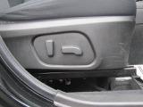 ドライバーのお好みのシートポジション設定が可能なパワーシート機能付き。