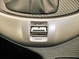 アクセルペダルの反応が高まり、高速道路などの合流時に適したスポーツモードに切り替えるドライブセレクションスイッチ
