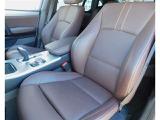 内装はモカレザーシートを装備。前席は、電動シートやシートヒーターも装備。