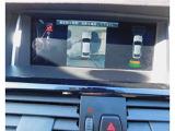バックカメラ、トップビューサイドビューカメラ、パークディスタンスコントロールも装備してますので、車両の前方や後方にある障害物までの距離を信号音とビジュアル表示でお知らせします。