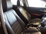 シートは腰回りのサポートもしっかりしており、包み込まれるような一体感があります。長距離ドライブでもフィット感があり疲れにくいです。