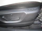 運転席は、スイッチ操作で腰のポジションを調整出来るランバーサポートと、あらかじめメモリー機能が付いた10Wayパワーシートになっています。