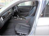 ホールド性の高いフロントシートは高さ調整機能付き前方視野を広く運転を容易に致します。長時間の運転にもストレス無く快適なドライブを楽しめます。
