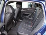 後部座席は大人がゆったりと寛げるスペ―スを確保。BMWの特徴として開放部分が広いデザイン設計。足からお尻、そして頭の順番で乗り込めます。頭部をぶつける事無く乗り降りが楽です。