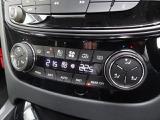 オートエアコン 運転席、助手席、後席左右の4つのゾーンで設定が行えます