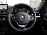 ステアリングから手を放さずにCD、ラジオ等の選曲操作が可能、音声認識スピーチコントロールボタン操作でナビゲーション設定も可能です。