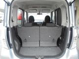 リヤシートを前方へスライドさせれば、中型の箱モノくらいなら十分積み込み可能な、高さのあるラゲッジルーム!!