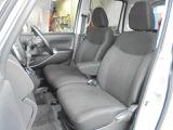 フロントシートはベンチタイプ!左右の行き来もしやすいですよ!センターアームレストもございます!!