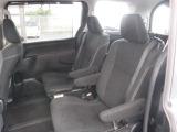 質感のある座り心地の良いモケット素材のセカンドシートは、キャプテンシート。前後/左右/リクライニング機構付きです。サードシートへのアクセスもスムーズです。
