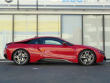 i8は高性能マシンのスポーツ性を持ちながら小型車並みのすぐれた燃費効率を兼ね備えたプラグイン・ハイブリッド・モデルあり、LifeDrive(ライフドライブ)構造と呼ばれる革新的な車体の基本構造コンセプトを採用。
