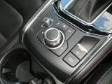マツダコネクトを手元で操作が可能なジョグコントローラと電磁式のパーキングブレーキ。