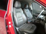 身体をしっかりとサポートしてくれてコーナリングが安心な運転席シート。