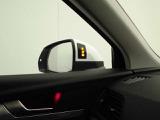 アウディサイドアシスト。左右後方のいわゆる死角に後方から走り迫る車両が入ると、ドアミラーにある警告ランプが点灯して死角に入る車両の存在をドライバーにすばやく教えてくれます。