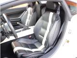 ブラックのレザーシートを装備し、運転席と助手席のシートにはホワイトのストライプが付加されています!センターコンソール全面にホワイトレザーを使用しています!