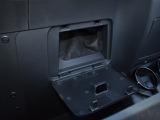 数少ないロードスターの収納スペース。車検証入れがスッポリ収まるスペースです。