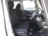 座面が大きくゆったりなフロントシートは高さ調整可能♪