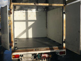 下敷きを引いた状態です。プロユースの荷台ですね。フロア左右には荷物固定用のフックが装備されています。