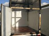荷台の箱内部もまずまずきれいです。下敷きを外した状態ですが、ベニヤ張りです。