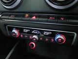 デラックスオートマチックエアコンディショナー。太陽光を感知して、室温、風量、風流を自動調整。エアコンの室温は運転席、助手席で個別に設定できます。その他、キーコード設定や湿度感知機能なども備えています。