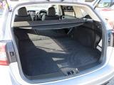 リヤシートを倒せば大きな荷物もしっかりと積載可能です。トノカバーは取り外し可能です。