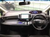 ATセレクトレバーをインパネ中央に配置、サイドブレーキをフット式にすることでインパネがスッキリ!運転席や助手席の移動が楽々です