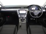 ダークティンテッドガラス:陽射を抑え、車内のプライバシーを保護、車内空間の快適さや安心感を高めます。(UVカット機能付き。)