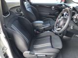 シートの高さ調整などもできますので最適なドライビングポジションで運転して頂けます。