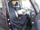 運転席にはシートリフター(高さ調整機能)付き! 運転席にシートヒーターを装備。