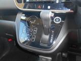 空調スイッチはタッチパネル式なので操作性も良いです。 プッシュエンジンスタートシステムなのでカギを鎖さずにエンジンスタート!