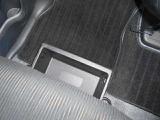 助手席シート下には前後から引き出せるアンダーボックスを装備☆