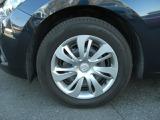 15インチ、マツダ純正ホイールキャップ付きです。タイヤサイズは185/65R15です。
