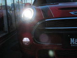 ・MINI(F56)の最も象徴的なアイコンとなっているLEDヘッドライト