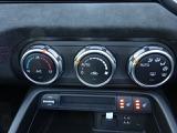 大きなダイヤルとスイッチで運転しながらの操作がしやすいフルオートエアコンを装備しております。温度設定で常に快適な空調コントロールを致します。