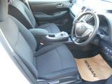 運転席&助手席。足元ひろびろです。