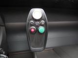 エンジンスタートはプッシュ式、グリーンのボタンはキルスイッチ、それは正しくレーシングカーそのもの!この仕様で一般道走行可能。