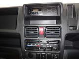 オートエアコン付きです。吹き出す風の温度や風量など自動調整してくれます。一定の温度にセットするだけで自動的に車内を設定温度に保ってくれるので快適です。